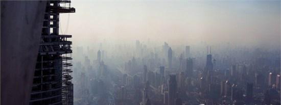 河北正藍環保的小編今天將要教諸位如何在粉塵污染的霧霾天拍出好照片,這可是必備技能get哦~! 國慶黃金周過后,中國霧霾奇觀再度襲來,華北首當其沖,居民紛紛戴上口罩抵御嚴重霧霾天氣。媒體報道昨日(10月12日)早晨至上午,京津冀及河南南部等地的部分地區有能見度不足500米的濃霧,局地有能見度不足200米的強濃霧,我們的大任丘市民倍感驕傲,因為我們能見度估計一百米都沒有!作為本次霧霾最嚴重地區河北省受到人們的格外關注,網友紛紛吐槽,這兩天在河北,開車認路和不認路一個樣;住99層和住地下室的效果一個樣;出門睜眼